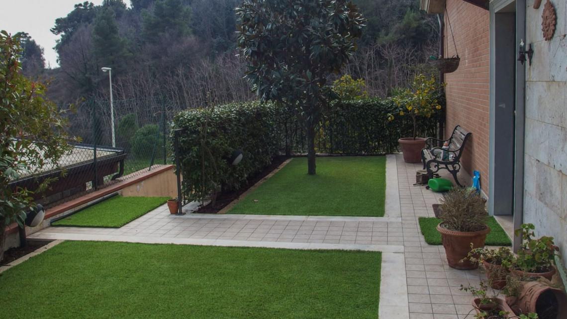 Installazione giardino in erba sintetica in una villetta a for Progetto giardino villetta