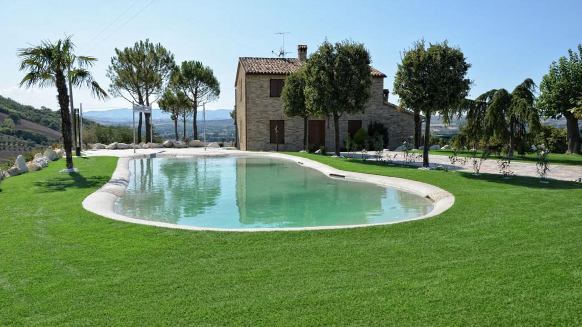 Giardino in erba sintetica presso villa con piscina macerata - Erba artificiale per giardini ...