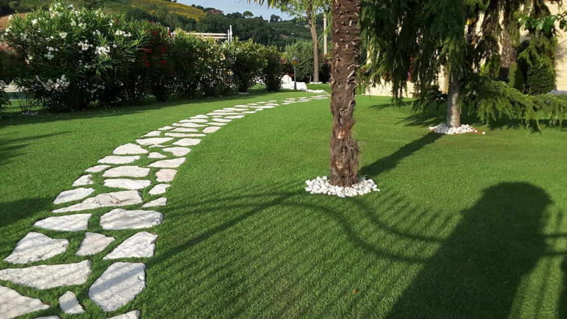 Giardino in erba sintetica presso villa con piscina macerata for Software di progettazione domestica di piano terra