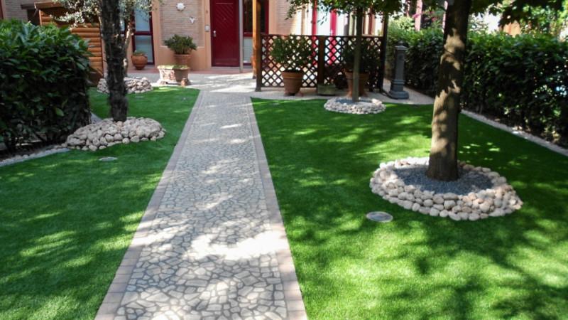 Scopri i nostri giardini in erba sintetica realizzati in - Giardini con erba sintetica ...