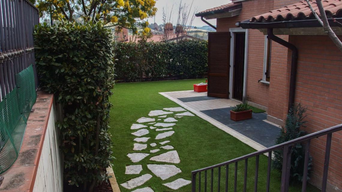 Installazione giardino in erba sintetica in una villetta a for Giardini in villette