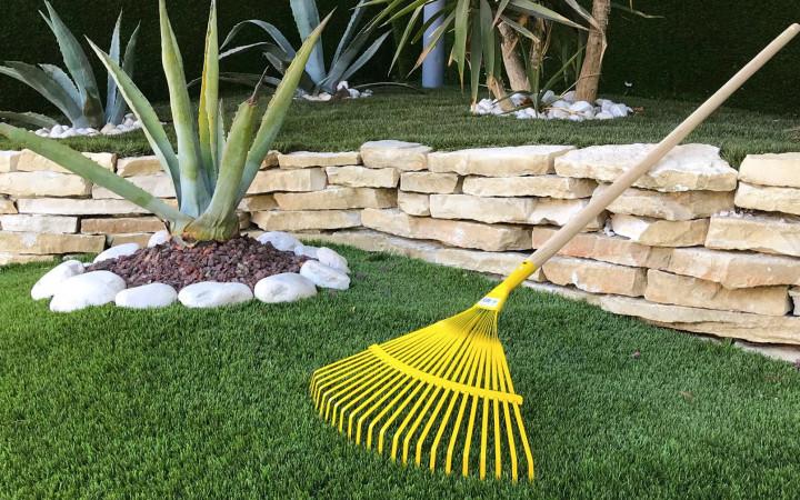 Se hai un cane in giardino l 39 erba sintetica pu essere la - Giardino senza erba ...