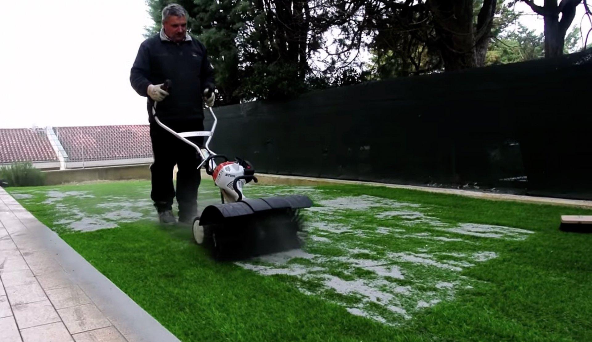 Installazione giardino in erba sintetica senza manutenzione - Erba artificiale per giardini ...