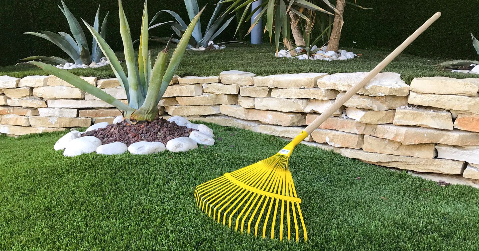 Come si pulisce un giardino in erba sintetica