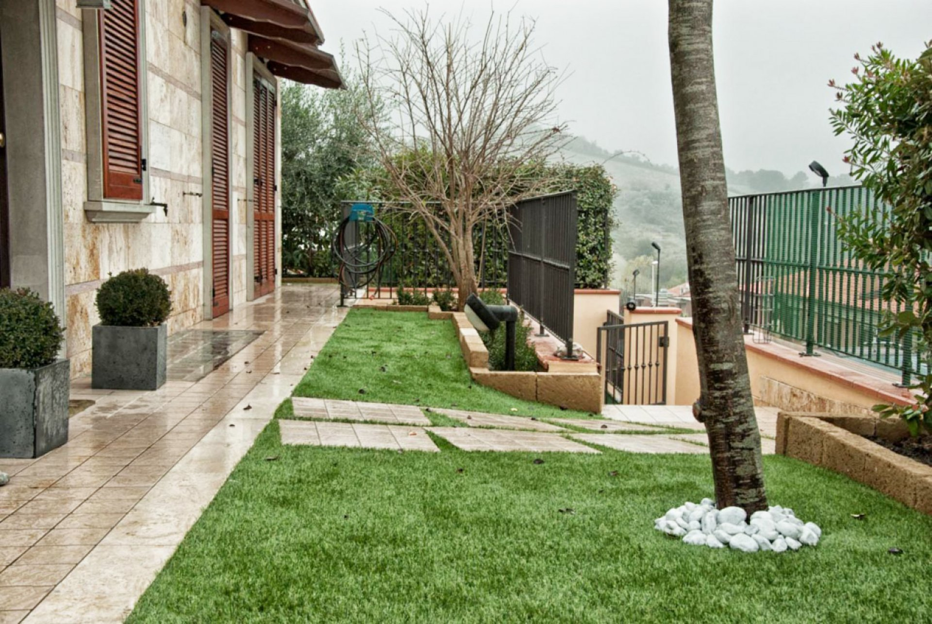 Realizzare Prato Su Cemento cosa succede ad un giardino in erba sintetica quando piove?